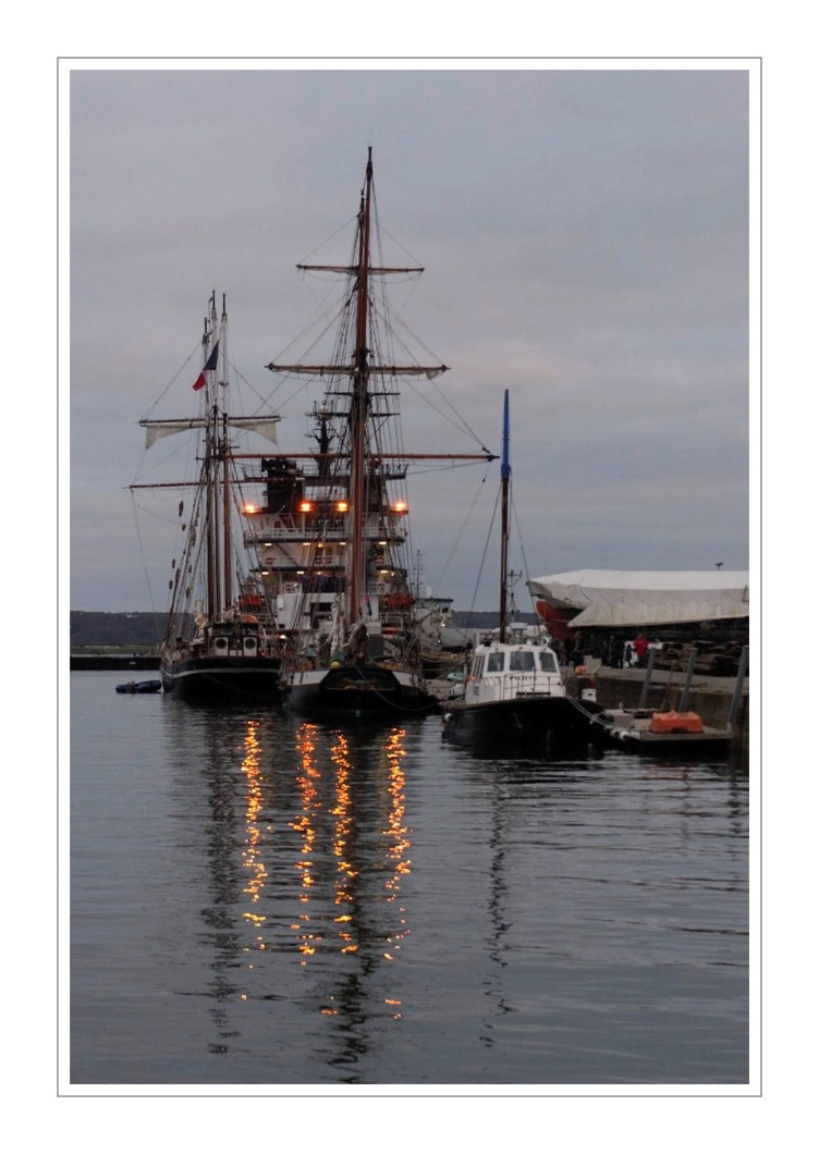 port de commerce de Brest, un soir, feux de l'Abeille Bourbon
