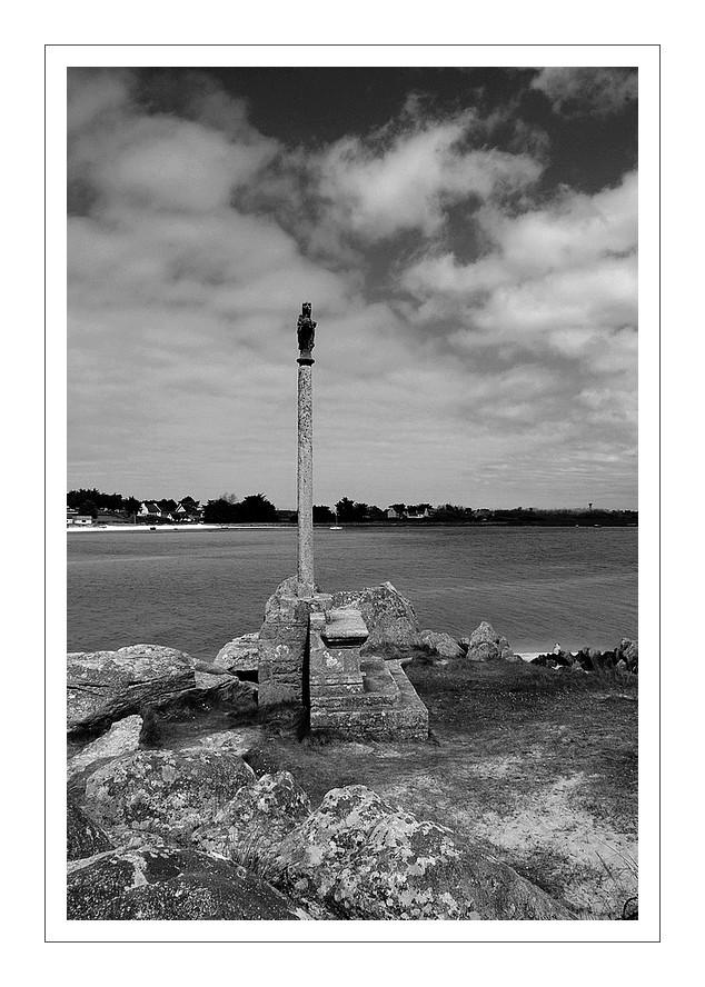 croix baie de Guissény en N&B