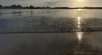 soleil levant sur la baie de Guissény en contre jour