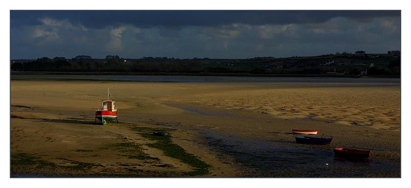 bateaux dans le soleil couchant à marée basse