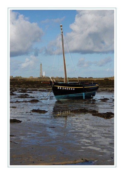 bateau au pied du phare de l'ile Vierge