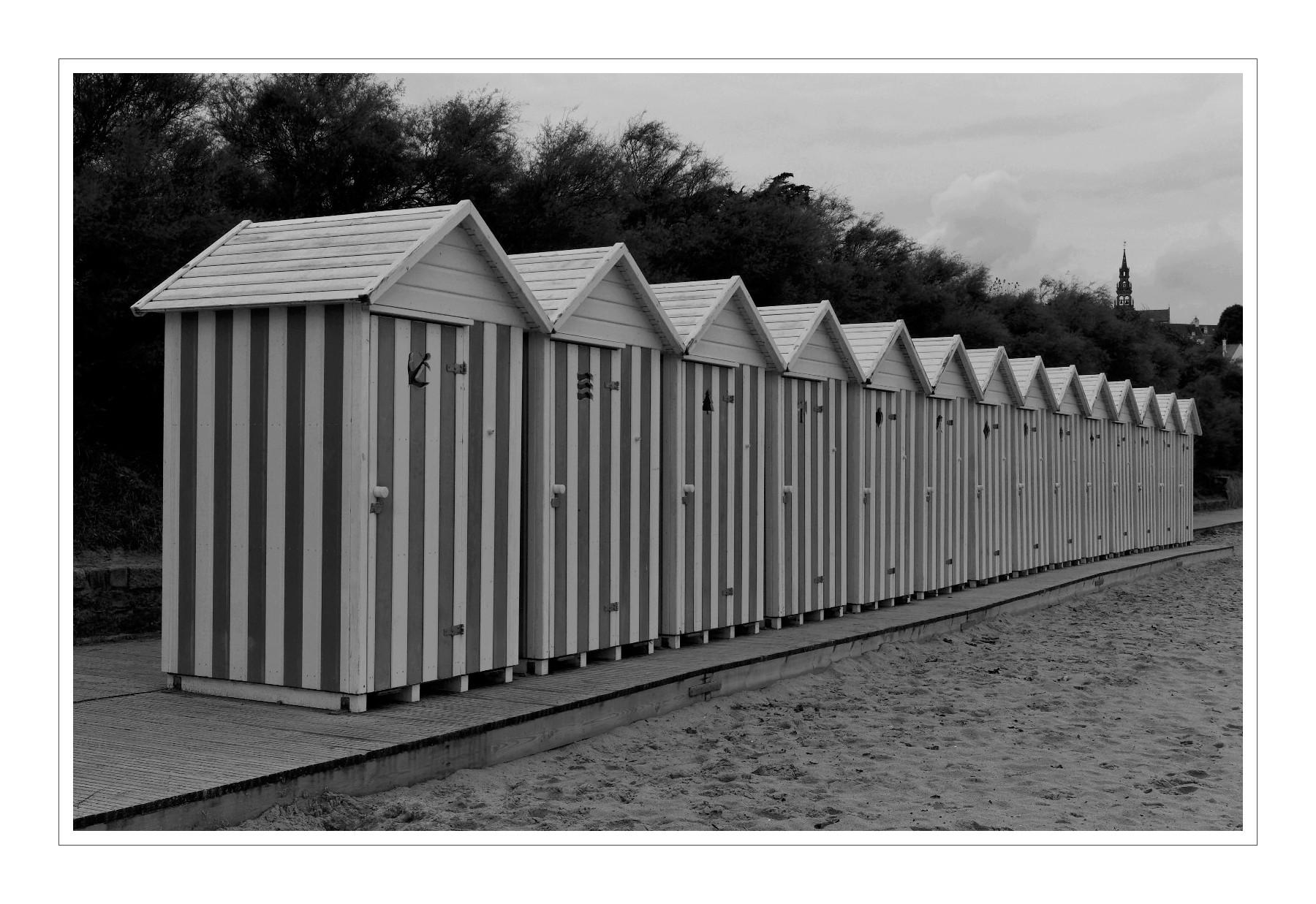 Cabines de plage du kelenn carantec la tribu d for Cabane de plage pour jardin