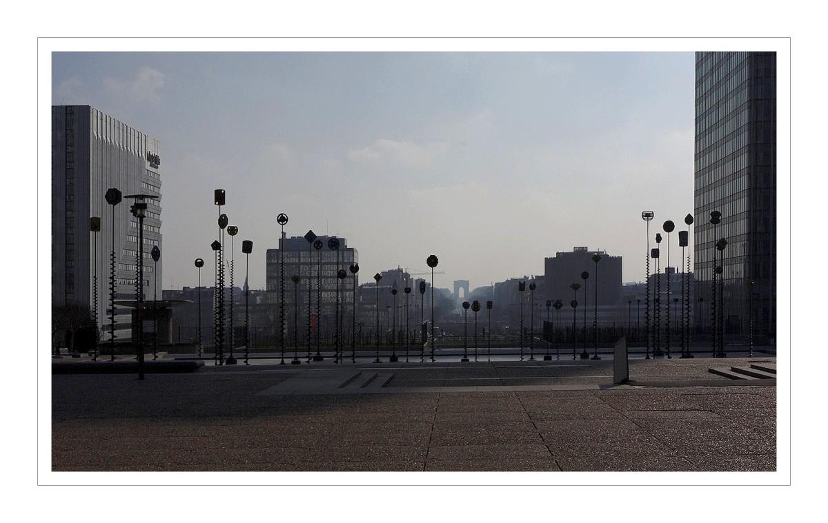 Arbres lumineux du bassin de Takis à la Défense