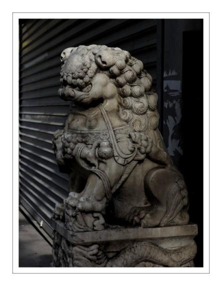 statue devant supermarché asiatique Paris 13e