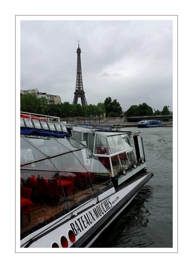 bateau mouche et Tour Eiffel