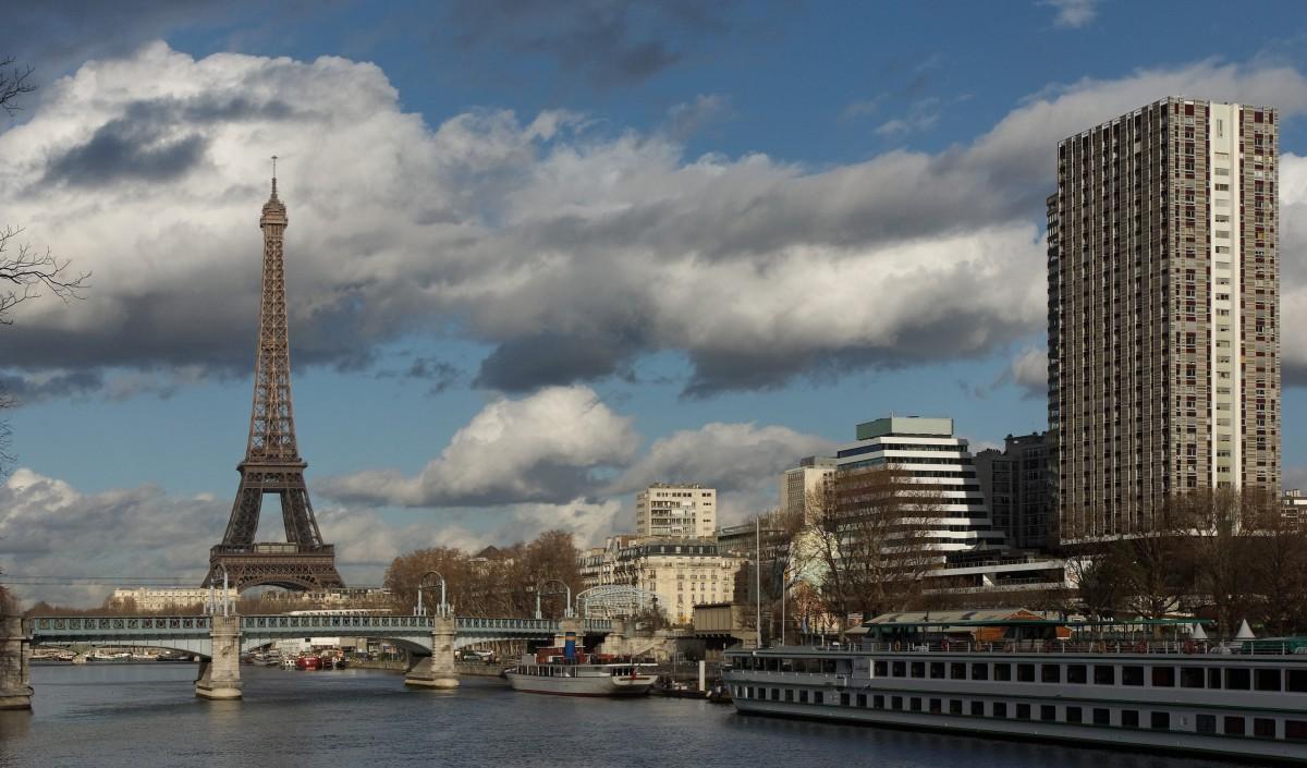 La Tour Eiffel depuis l'allée aux cygnes vues sur le Port de Grenelle et le Pont de Bir Hakeim