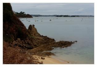 les roches et le sable de Carantec au loin l'île Callot et St-Pol de Léon