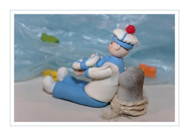 marin en porcelaine froide adossé à une bitte de port - PAM