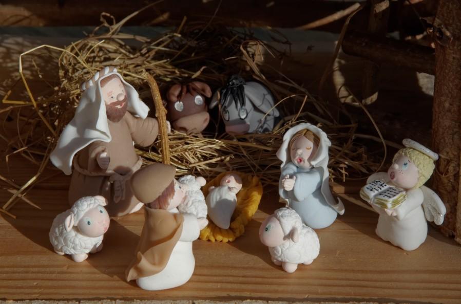 crèche de noël en porcelaine froide, PAM, Marie, Joseph, l'ange, jésus, le berger, les moutons, l'ane et le boeuf en porcelaine froide