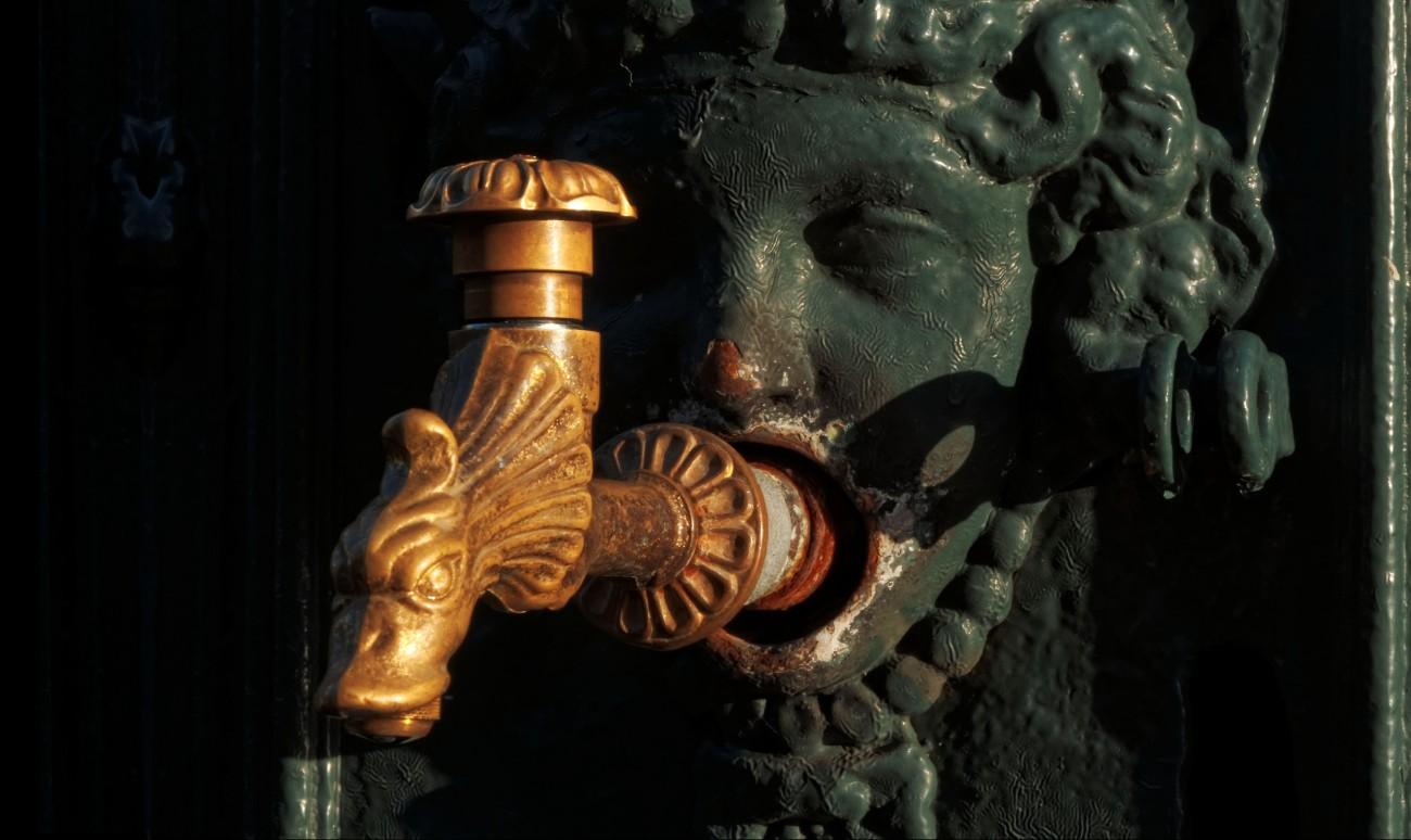 fontaine à Concarneau soleil couchant