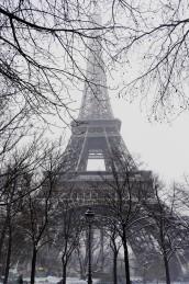 au pied de la Tour Eiffel sous la neige