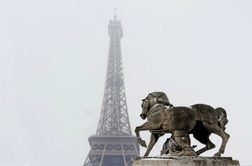 faire du pied à la Tour Eiffel pour faire tomber la neige....