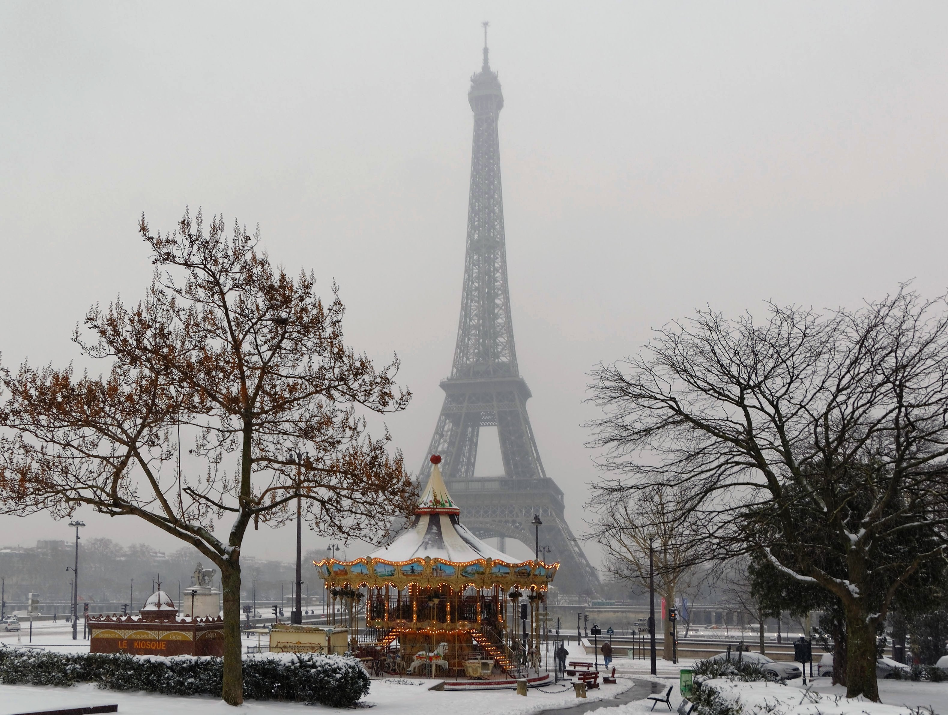 la tour eiffel sous la neige la tribu d 39 anaximandre des photos au fil des jours. Black Bedroom Furniture Sets. Home Design Ideas
