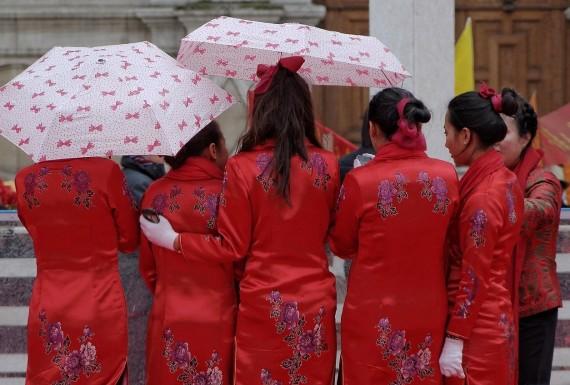 on se réchauffe car il commence à neiger !!! nouvel an chinois 2013 Paris