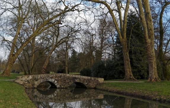 Pont et son reflet dans le parc du château de Rambouillet