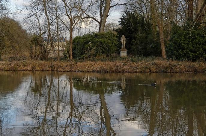 plan d'eau, statue et façade arrière du château de Rambouillet