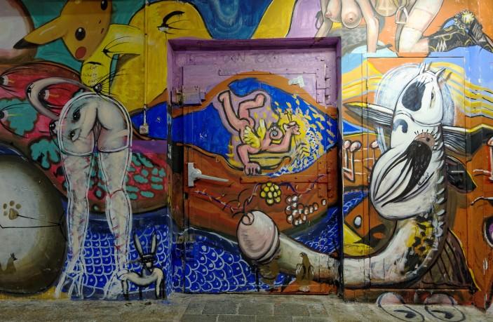Fresque, tags, ancienne porte Les Frigos relookée, Pris 13e a