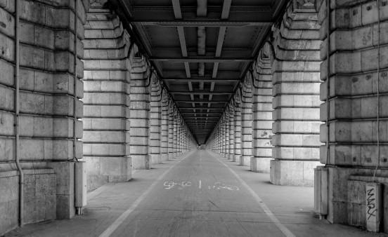cycliste sous le pont de Bercy