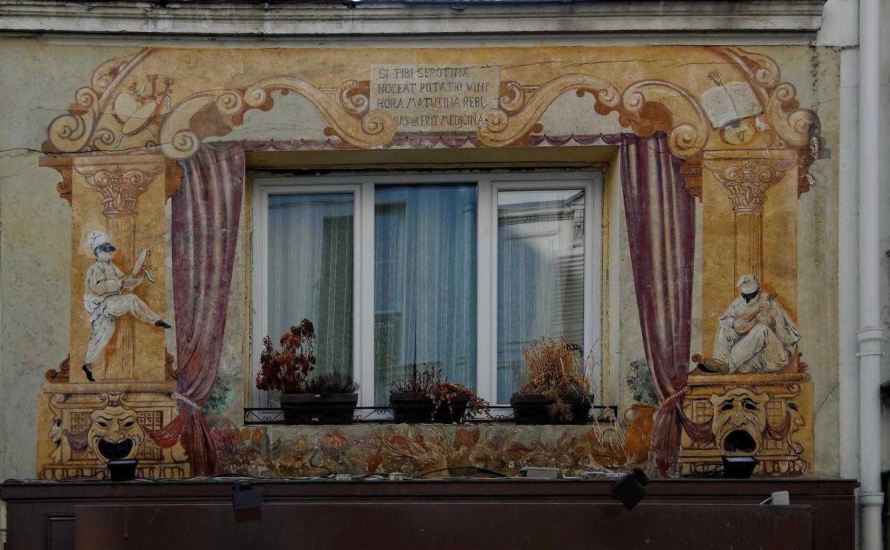 fresque autour d'une fenêtre au 5 de la rue des 3 frères à Paris 9e
