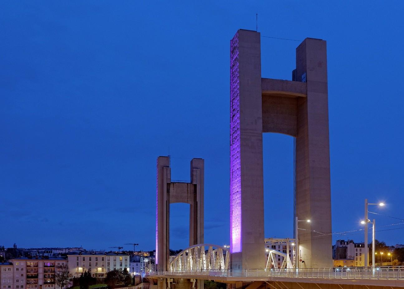 le pont de Recouvrance lumière violette