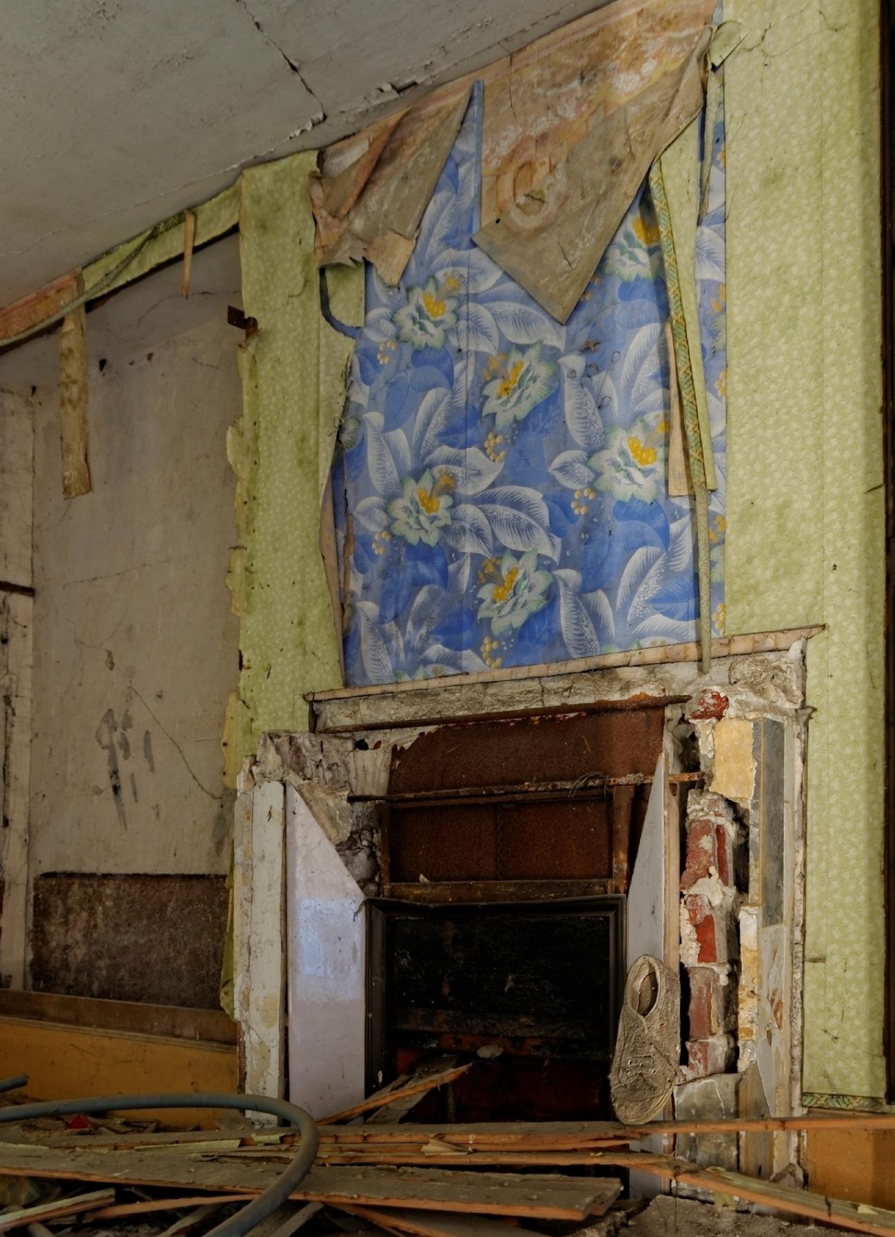 urbex, cheminée, chambre, papier peint