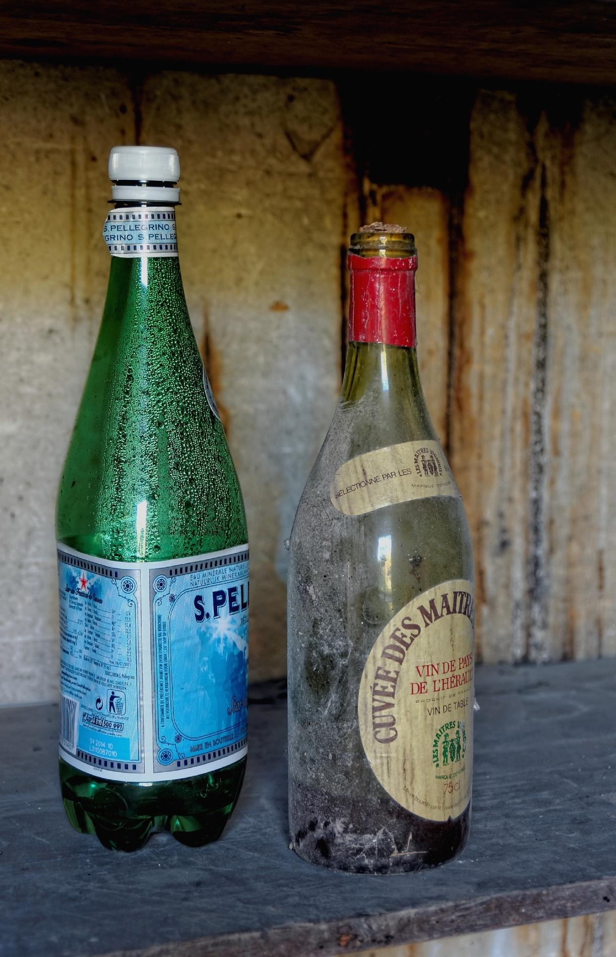 urbex, nature morte, vin, eau, village fantôme