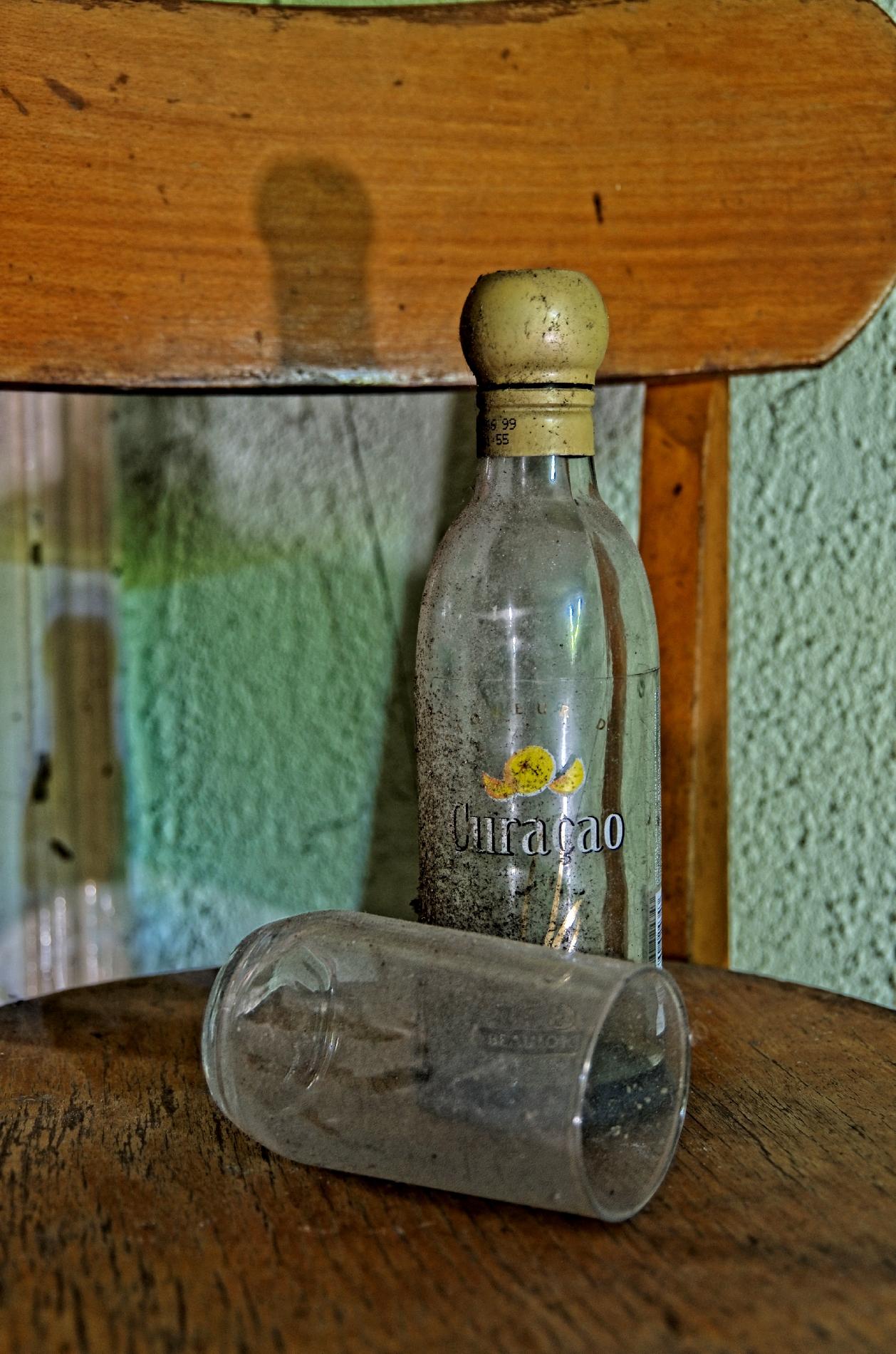 urbex, village fantôme, chaise, hdr, nature morte, bouteille, verre,