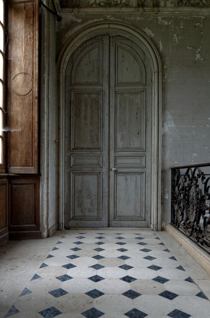 le château des singes,palier du 1er étage de  l'escalier du château des singes, urbex, architecture