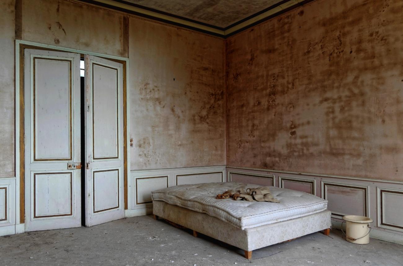 chambre château des Singes, lit, pot de chambre, urbex