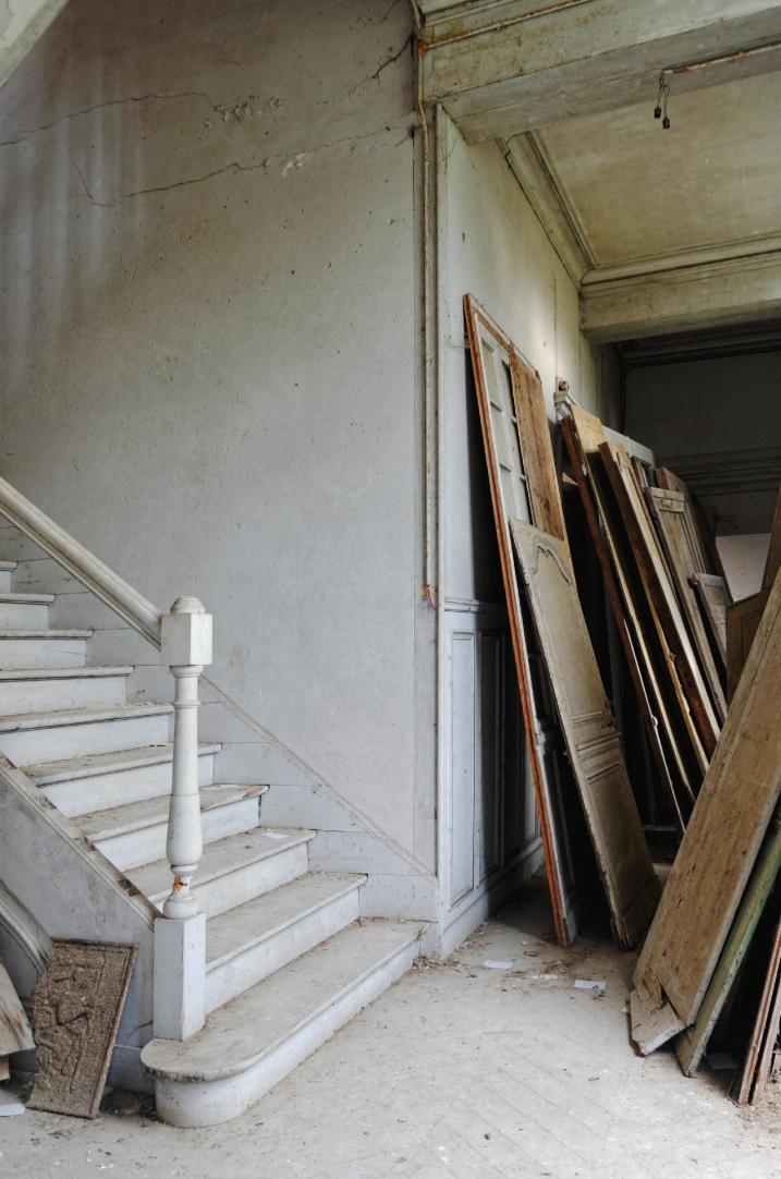 palier du 1er, château des singes, portes, escalier, bois, urbex