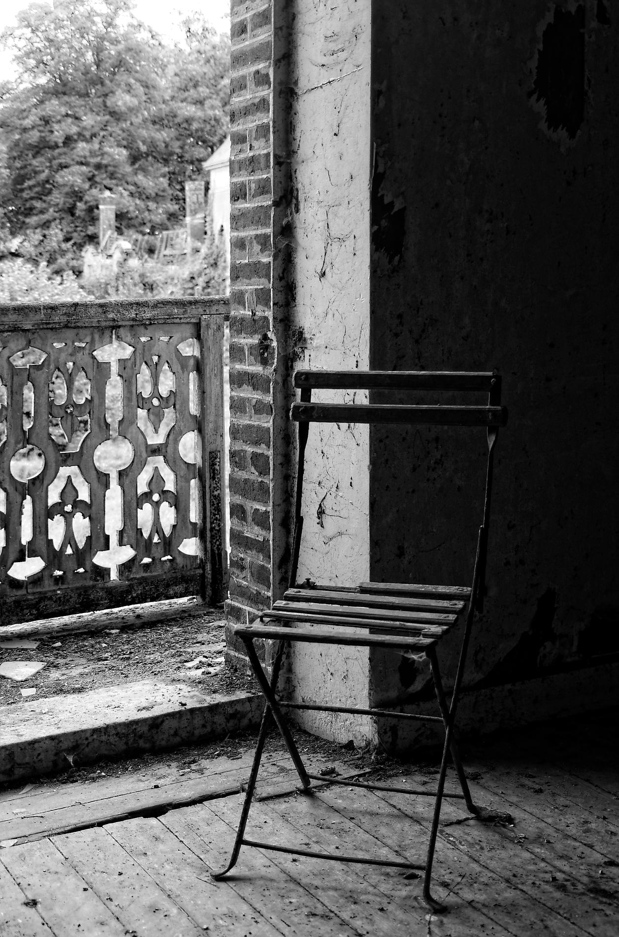 château des singes, urbex, exploration urabaine, dépendances du château des singes, noir et blanc, chaise de jardin, balustrade