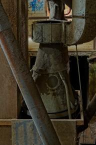 l'usine aux grenouillles, tour principale, entonoir et tuyaux