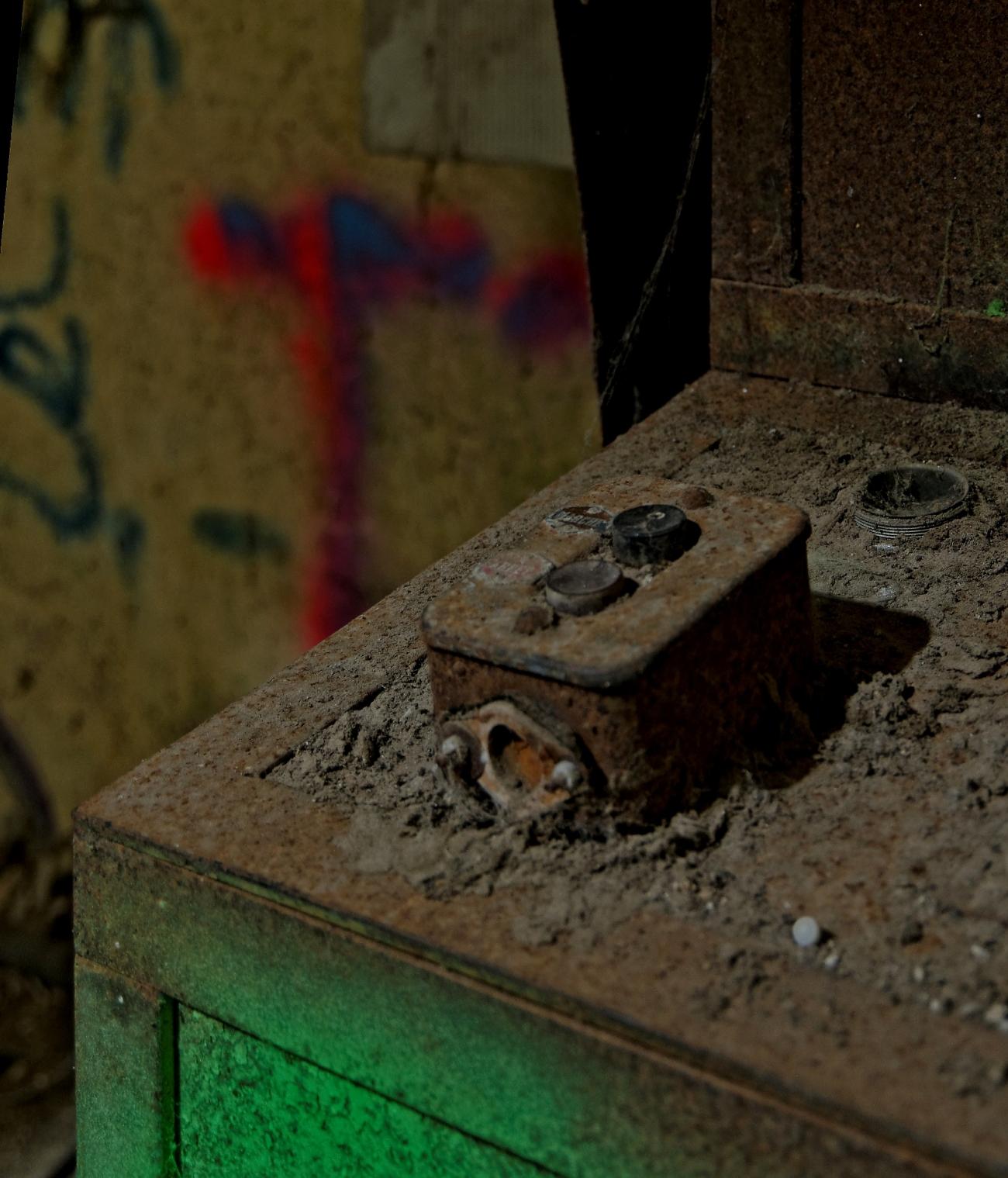 usine aux grenouilles, urbex, exploration urbaine,  friche industrielle, tableau électrique, fer, tableau de bord