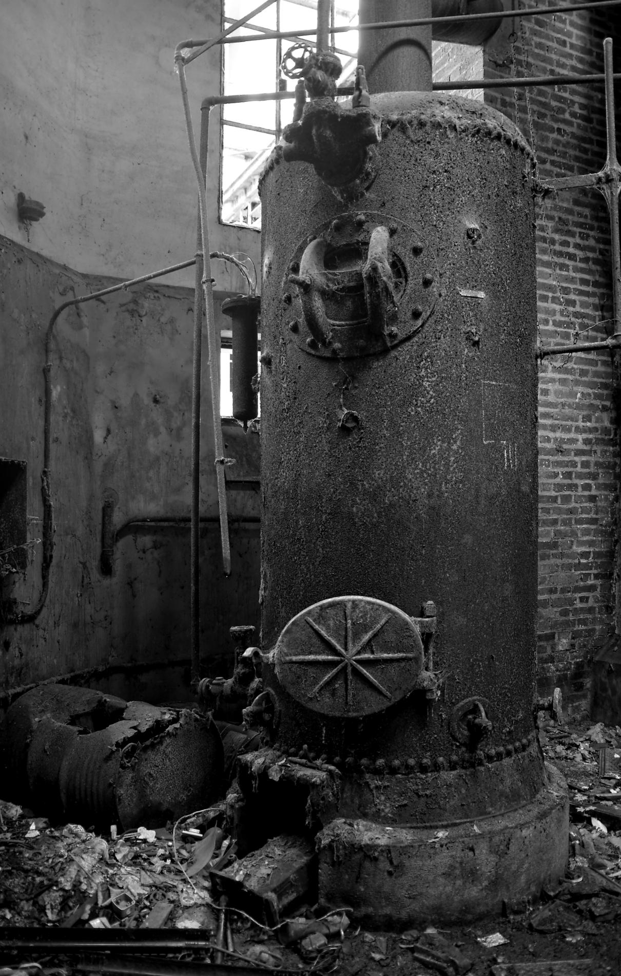 usine aux grenouilles, machines, usine,  urbex, exploration urbaine, friche industrielle, noir et blanc