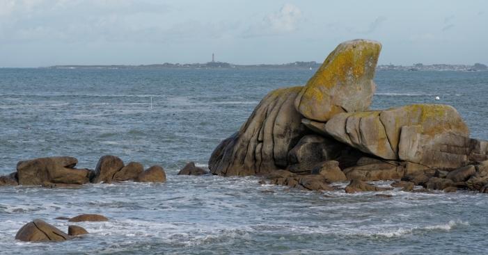 Poulennou les rochers et les vagues, au loin, l'ile de Batz et son phare