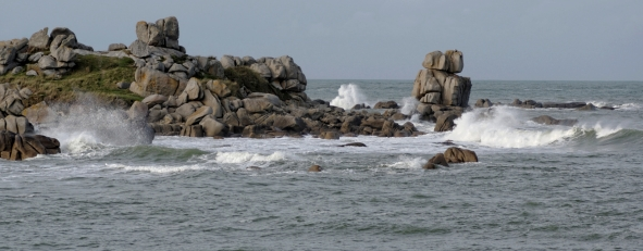 An Amied, ses rochers et les vagues