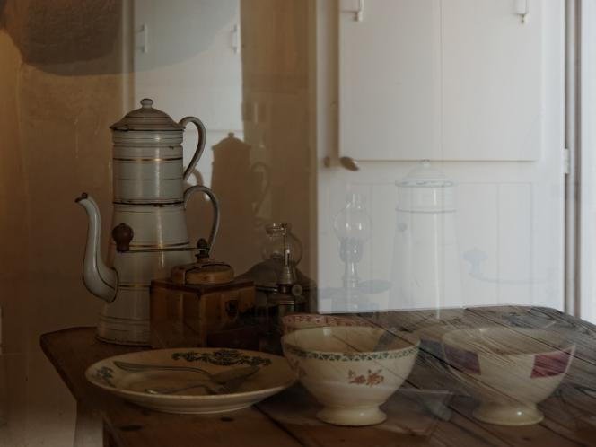 table du petit déjeuner dans la maison Salou à Ménéham
