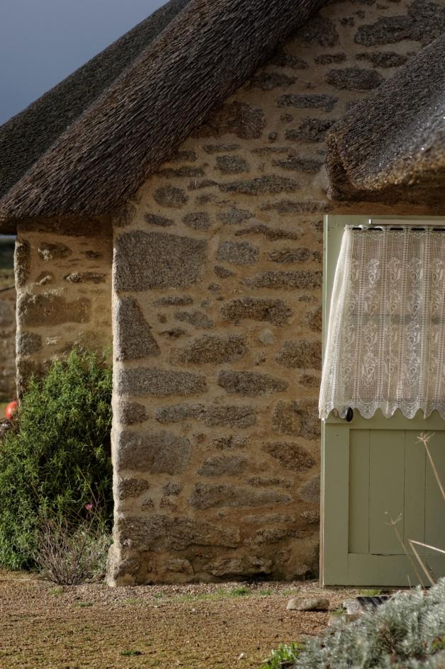 détail murs et toit de chaume des gîtes de Ménéham