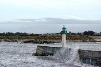 Mogueriec, la jetée, son phare et les vagues