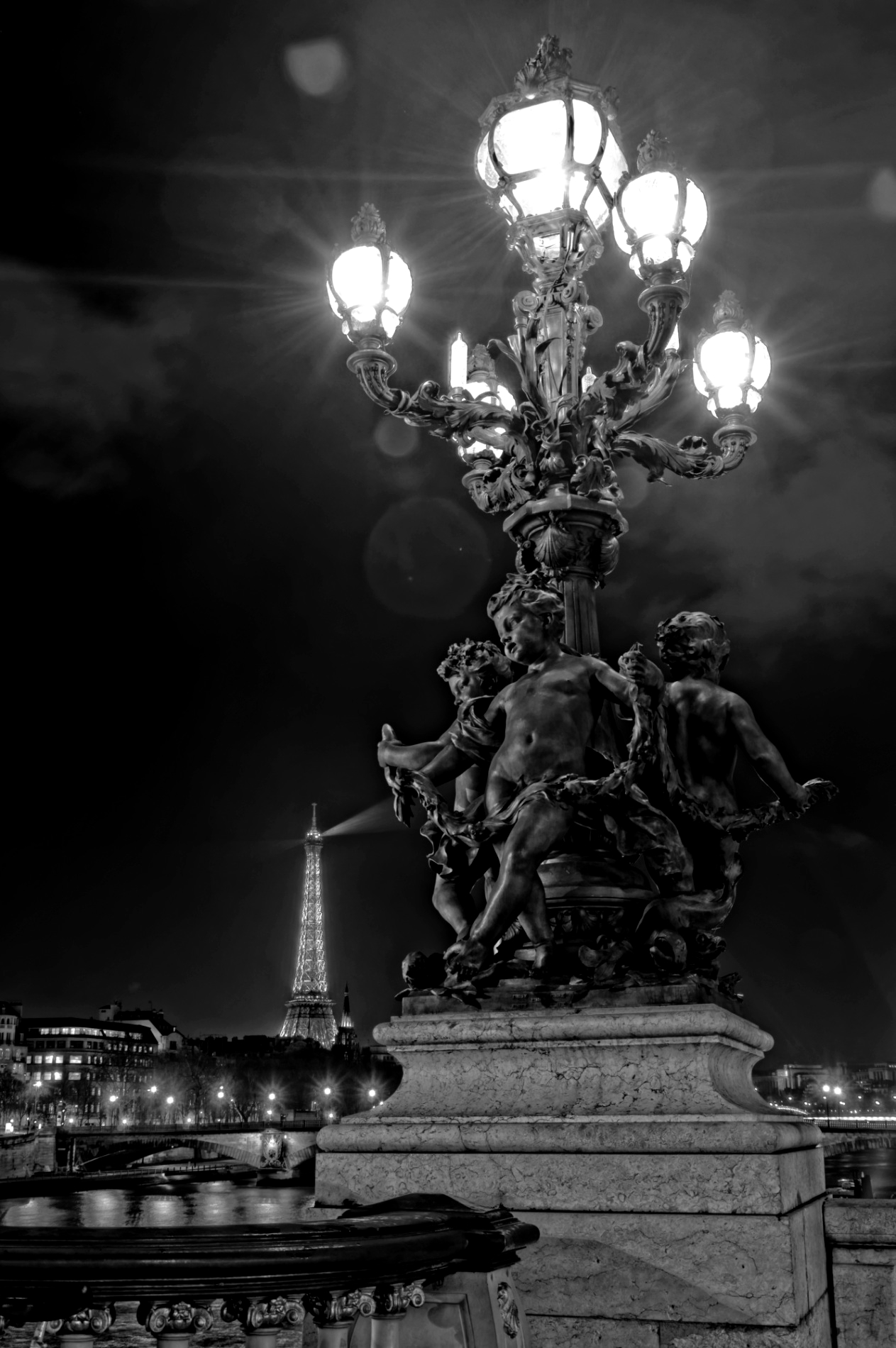 Paris, candelabre, photo de nuit, pont Alexandre III, noir et blanc, Paris by night
