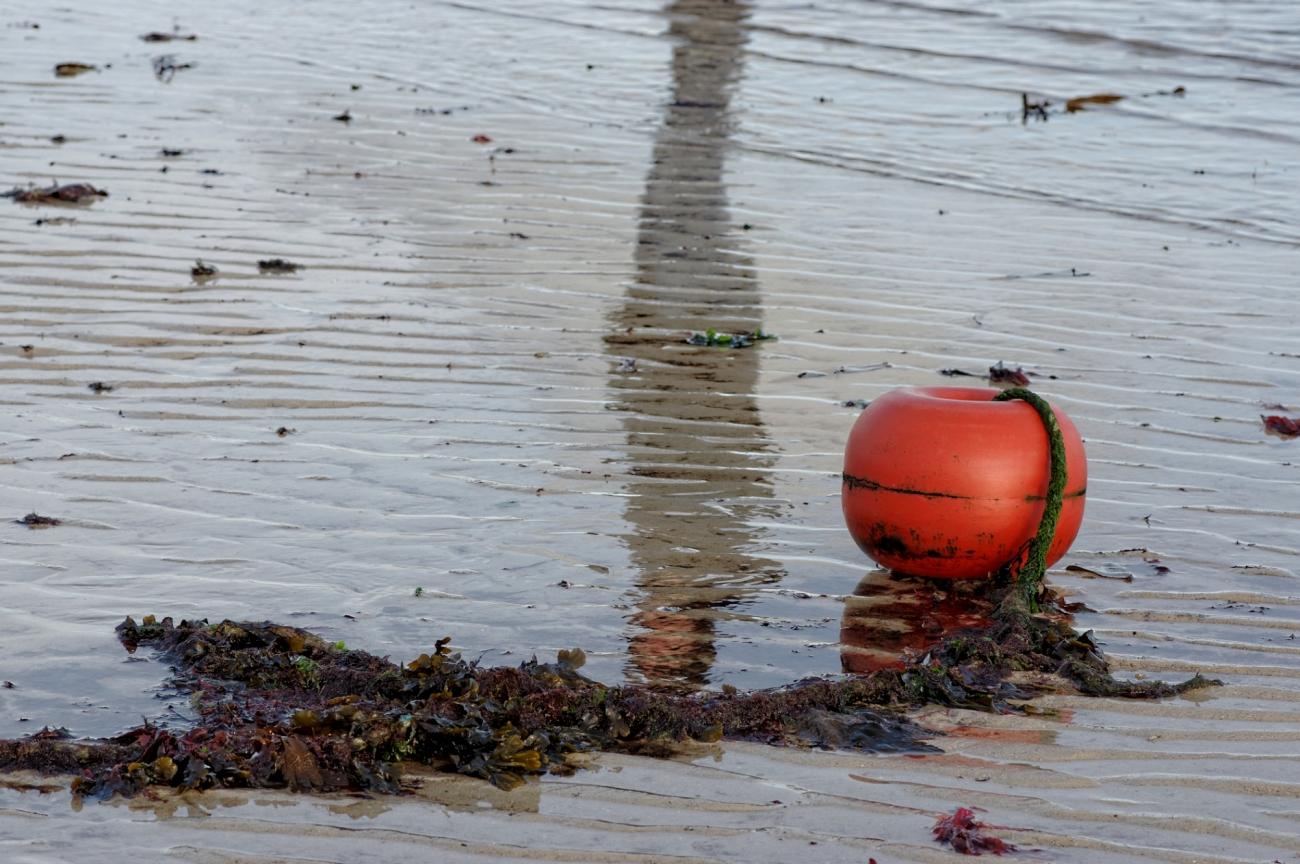Brignogan-Plages, bouée d'marage, bouée rouge, reflet, sable, sillons de mer, finistère, bretagne