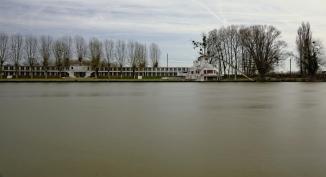 Urbex, Piscine abandonnée, vue sur l'ancienne piscine depuis les bords de l'Oise en pose longue