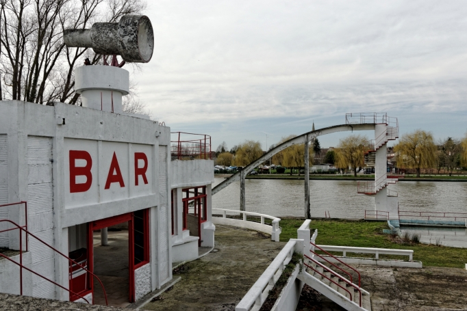 Urbex, piscine abandonnée, bar-restaurant-dancing et haut parleur
