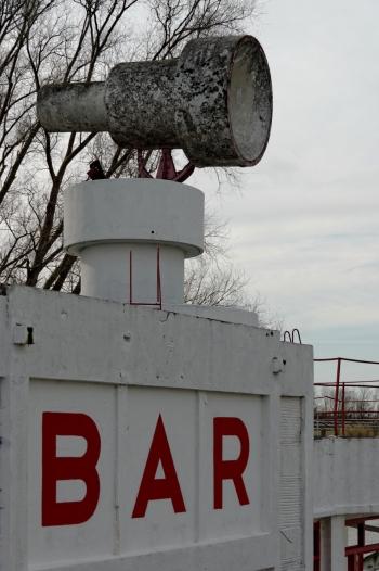 Urbex, piscine abandonnée, bar et haut parleur géant