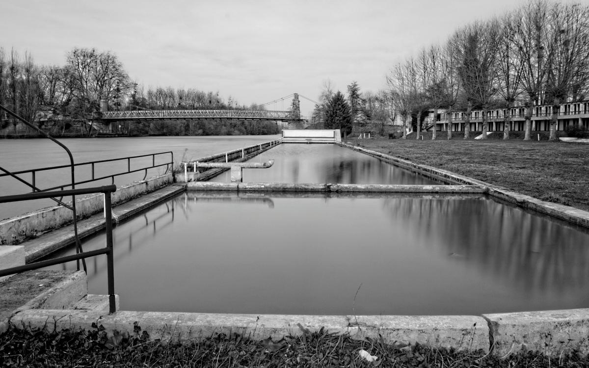 Urbex, piscine abandonnée, bassins en pose longue, au fond le système de filtration et vagues