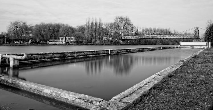 Urbex, piscine abandonnée, bassin en pose longue
