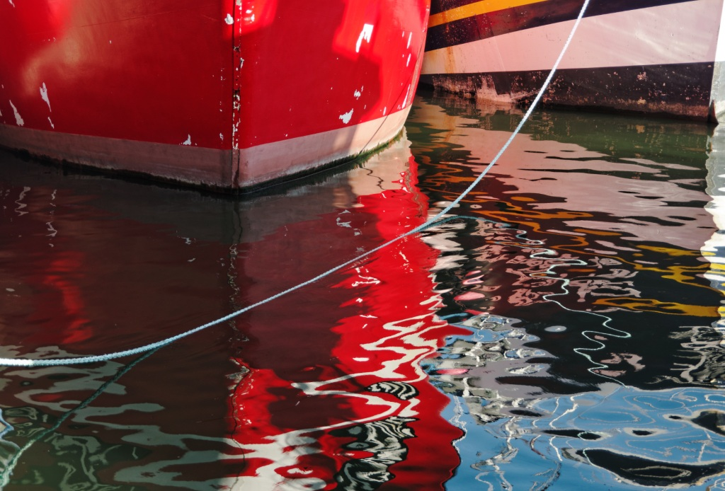 bateaux, coques, reflets sur l'eau, reflets colorés, Brest, port de Brest, bretagne, finistère