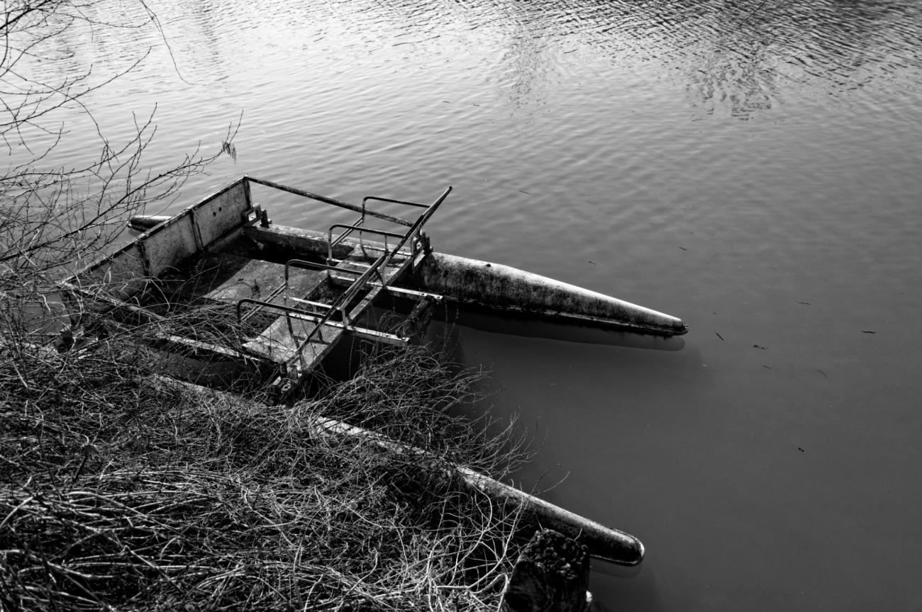 au bord del'eau, île del a Dérivation, pédalo,  bateaux île de la Dérivation, la Seine, Carrières sous Poissy, noir et blanc