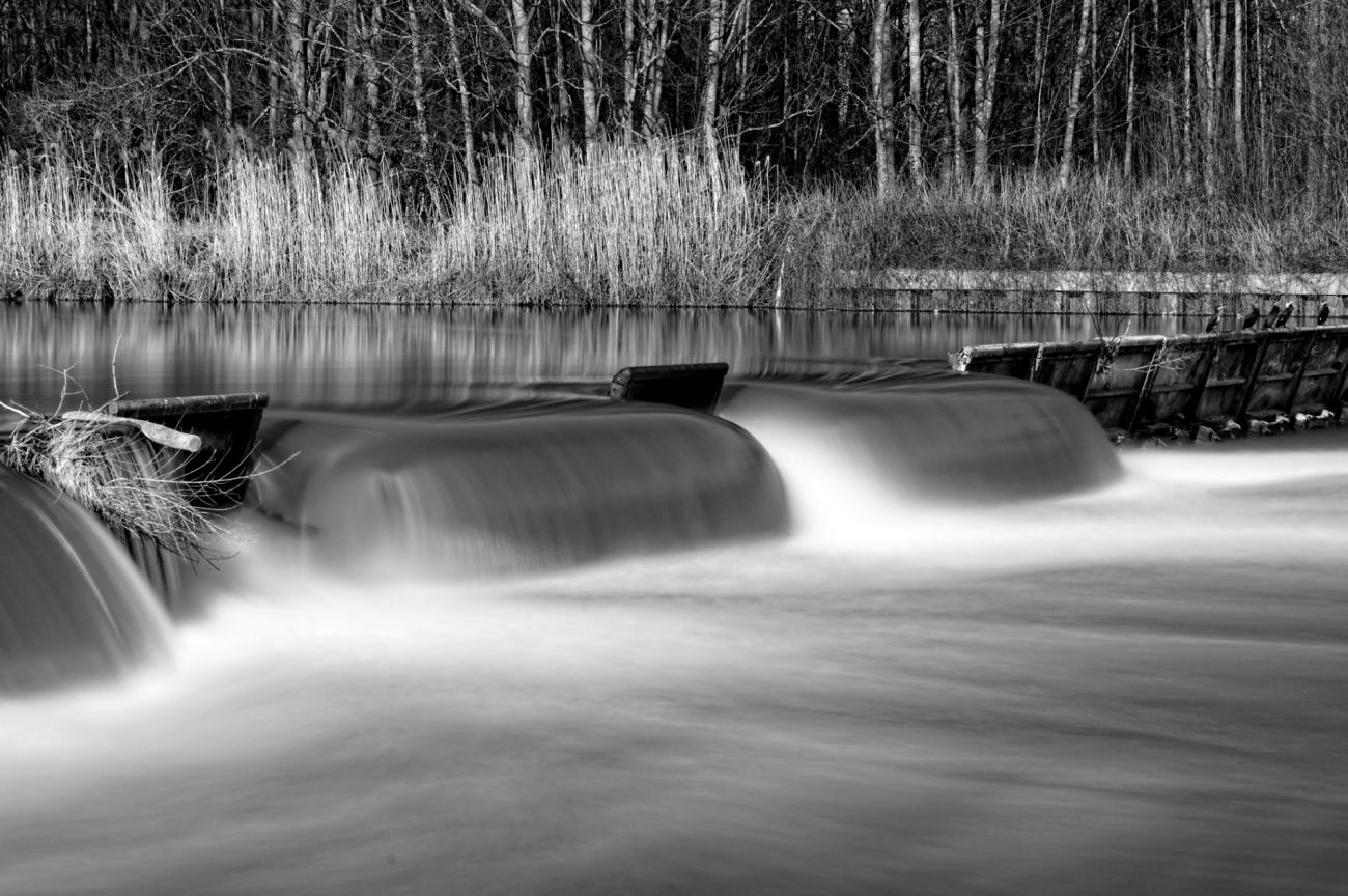 barrage de l'île de la Dérivation, Carrières sous Poissy, pose  longue, la Seine, noir et blanc