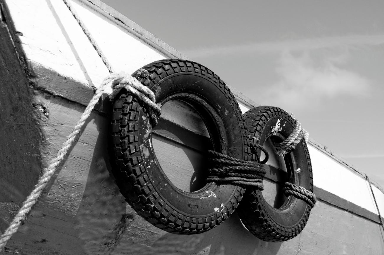 coque, pneu, bateau ,port de Korejou, Plouguerneau, finistère, bretagne